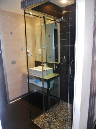 All Ways Garden Hotel & Leisure: doccia a vista ma con veneziana, molto bella, oltre che pulita e nuovissima