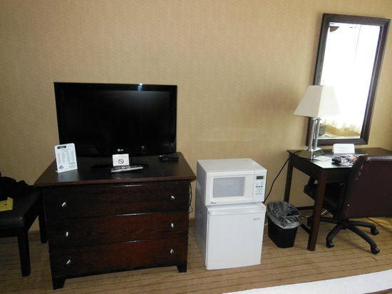 America's Best Inns & Suites : TV fridge/microwave