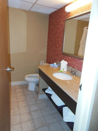 Howard Johnson Portsmouth: bathroom