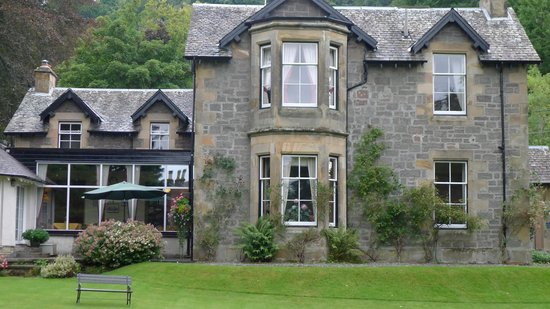 Lubnaig House: façade jardin avec fenêtres salon