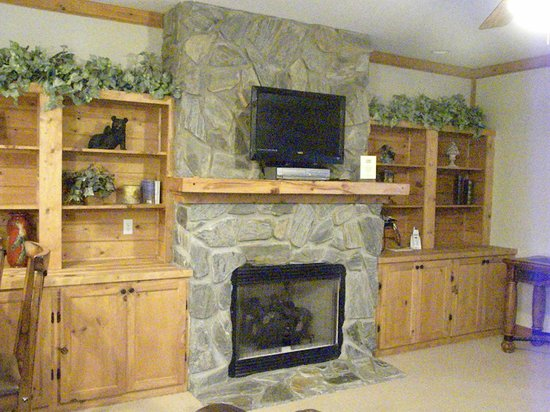 White Oak Lodge & Resort: Fireplace in the living area