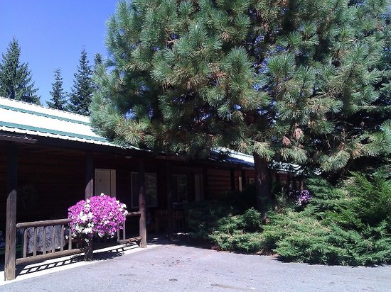 Bonners Ferry Log Inn: Pretty setting