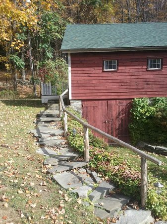 Jingle Bell Bed and Breakfast: Charming walkway to the private entrance