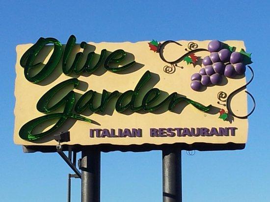 Olive Garden: Front sign.