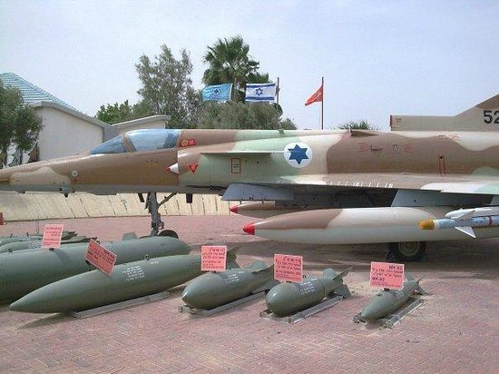 Hatzerim Israel Airforce Museum: Mirage plane with possible payload