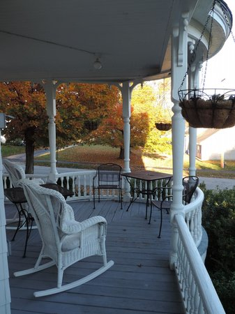 Glynn House Inn : Glynn House porch - Ashland NH