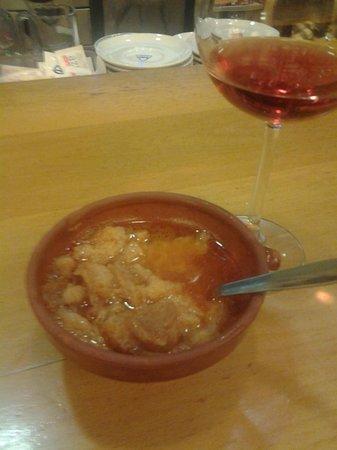 Restauraciones La Cilla S.l: Un vino y su tapa, en este caso sopas de ajo.