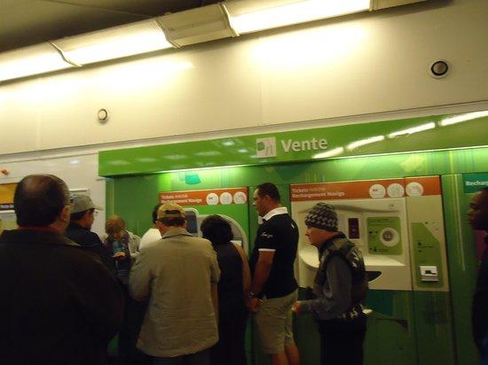 Paris City Vision: Guiche automático, comprando entrada do metrõ