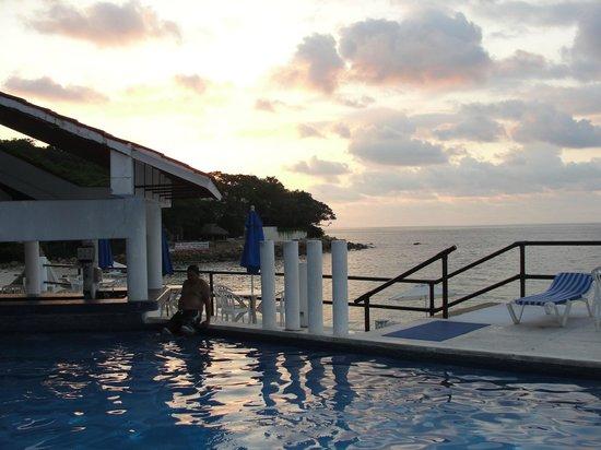 Park Royal Puerto Vallarta : hermoso atardecer en la piscina