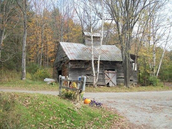 Sugarbush Farm: Barn @ Entrance