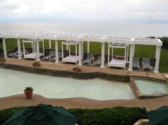 Windjammer Inn: View of the water feature and lounges