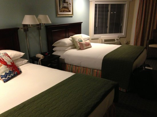 Glen Cove Inn & Suites: Clean, darling room.