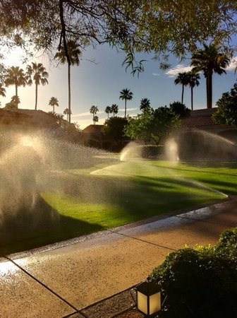 Scottsdale Plaza Resort: Early morning sprinkers