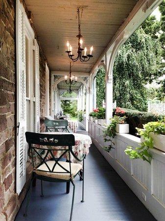 Woolverton Inn: Front Porch