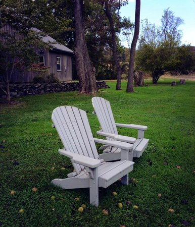 Woolverton Inn: Lots of chairs around the property to just relax