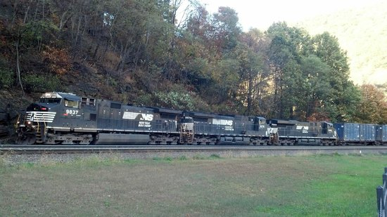 Horseshoe Curve National Historic Landmark : One of the trains coming by.