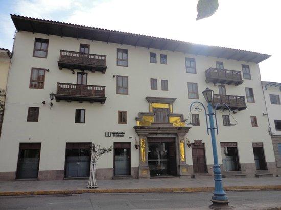El Dorado San Agustin: Hermosa vista del hotel desde la vereda de enfrente