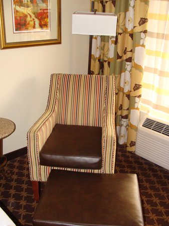 Shular Inn Hotel: chair and ottoman