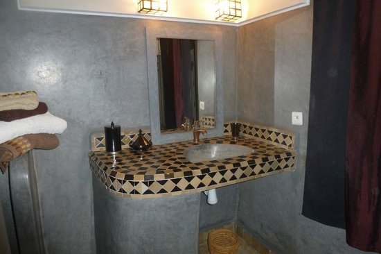 Riad 5 Sens: bathroom of zen room - large and beautiful