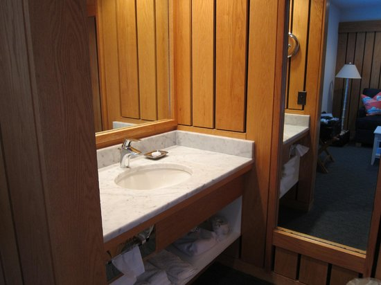 The Leland Lodge: Separate sink/ toilet & bathtub