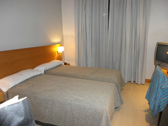 Hotel Arc La Rambla : dormitorio muy limpio