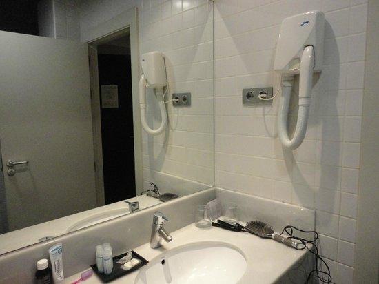 Hotel Arc La Rambla : baño muy limpio