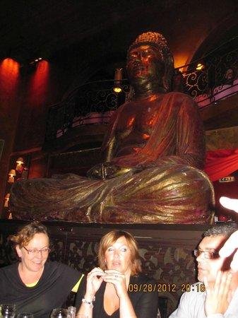 Buddha Bar: Красива статуя огромного размера