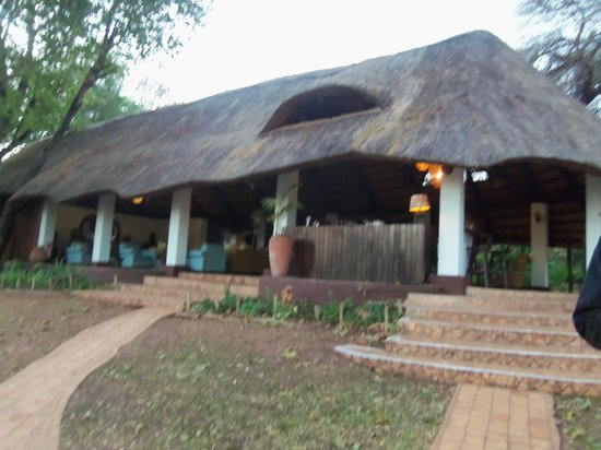 Imbabala Zambezi Safari Lodge: The hut containing the bar/indoor dining