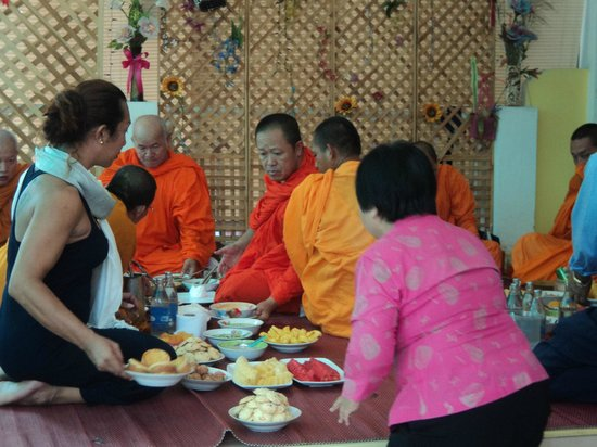 Laila Food and Drink Guesthouse: Monks enjoying food