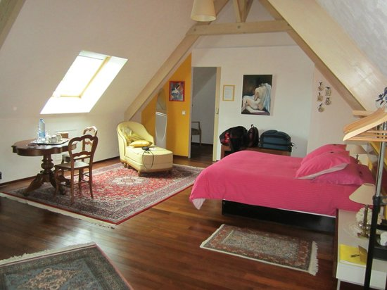 Les Arceaux: the spacious upstairs bedroom