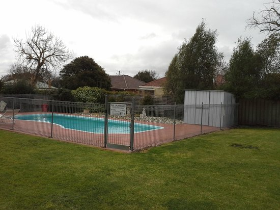 Baronga Motor Inn: Looking at the grassed area and the pool area