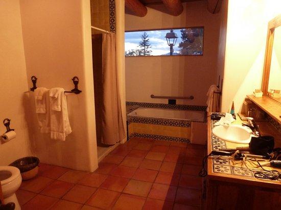 Casa Benavides Historic Inn : Terracotta bathroom