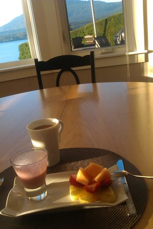 Beachside Garden B & B: Smoothie and muffin for breakfast