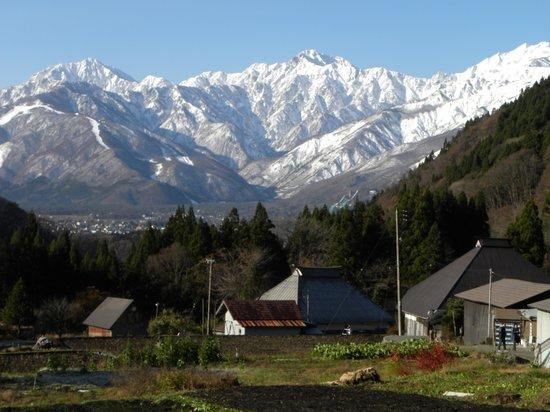 Hakuba, Japan: 集落と白馬岳