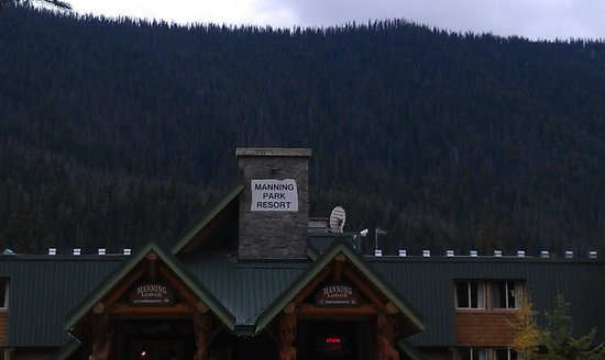 Manning Park Resort: out front of lodge