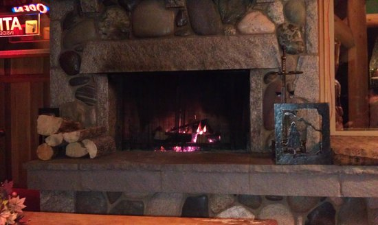Manning Park Resort: fireplace in lobby