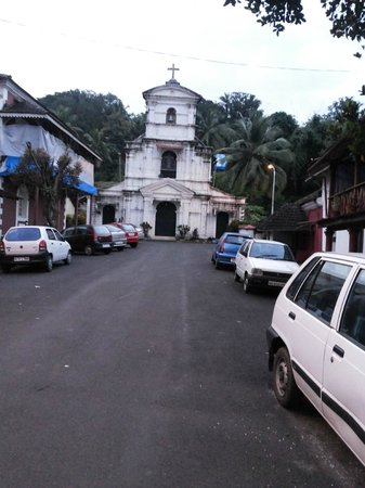 Afonso Guest House: The front road!