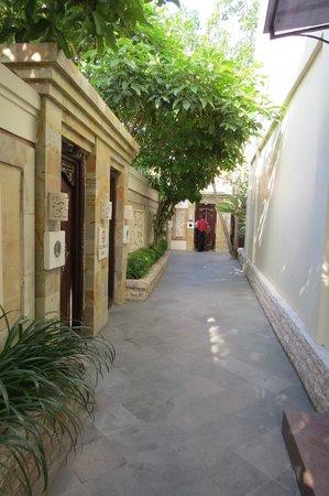 BEST WESTERN Kuta Villa: pathway to villas