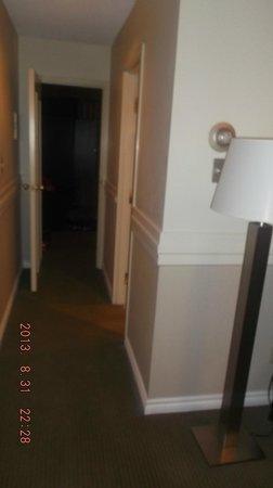Delta Hotels by Marriott Edmonton Centre Suites: hallway