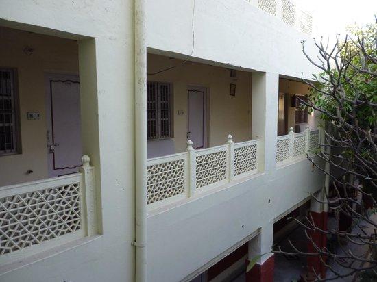 Tourists Rest House: ホテルの中庭から見える部屋
