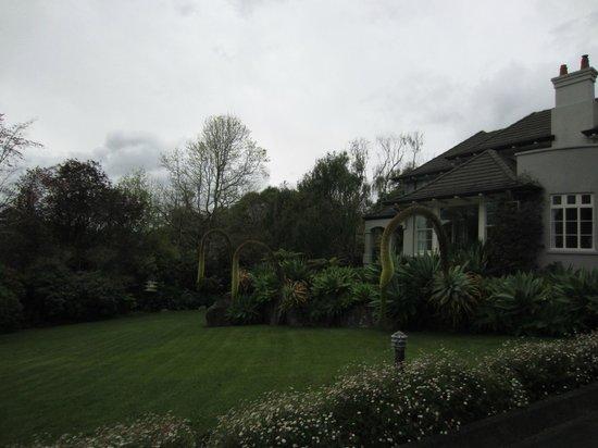 Greenmantle Estate : front lawn