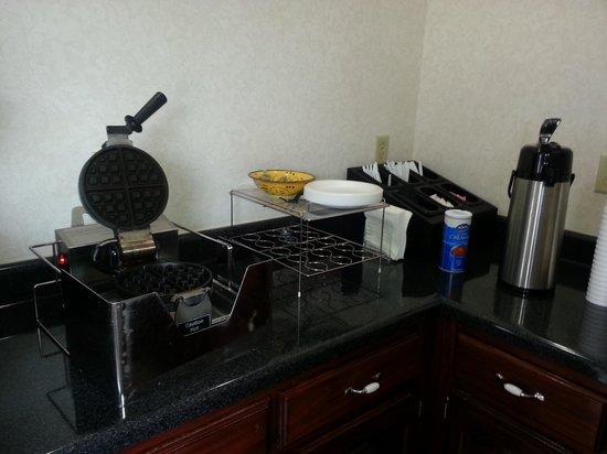 Magnolia Inn and Suites: continental breakfast