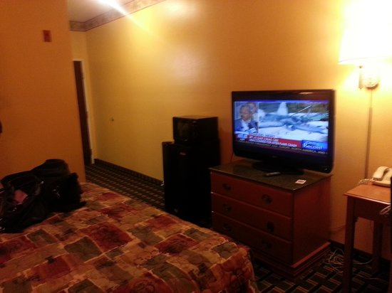 Magnolia Inn and Suites: Microwave and refrigerator