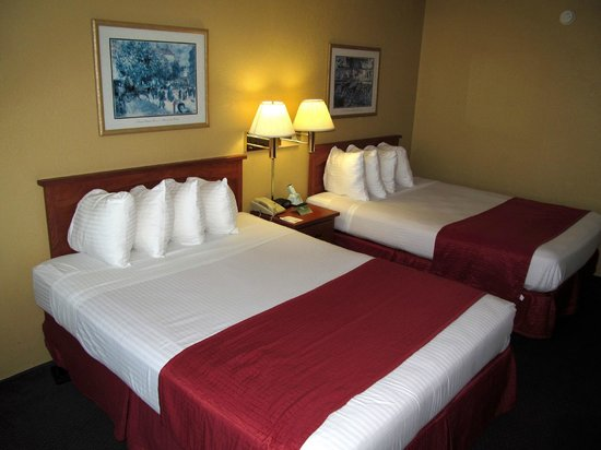 Wyndham Garden Kenosha Harborside: BEST WESTERN Harborside Inn: room with beds