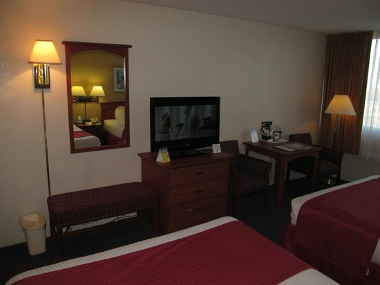 Wyndham Garden Kenosha Harborside: BEST WESTERN Harborside Inn: room with desk and TV