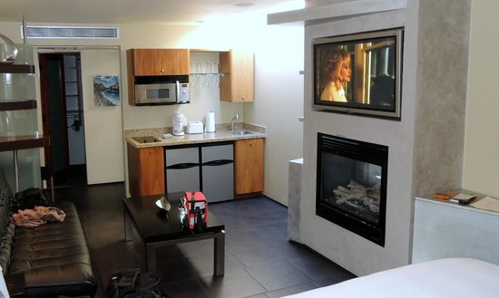 14 West Boutique Hotel : Big screen TV and gas fireplace