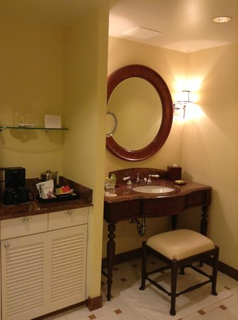 Vanity and Bar in Bathroom - Picture of The Kahala Hotel & Resort ...