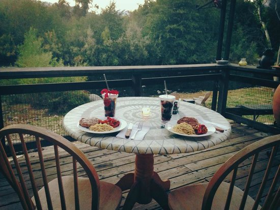 Sequoia River Dance B&B: Dinner on the deck