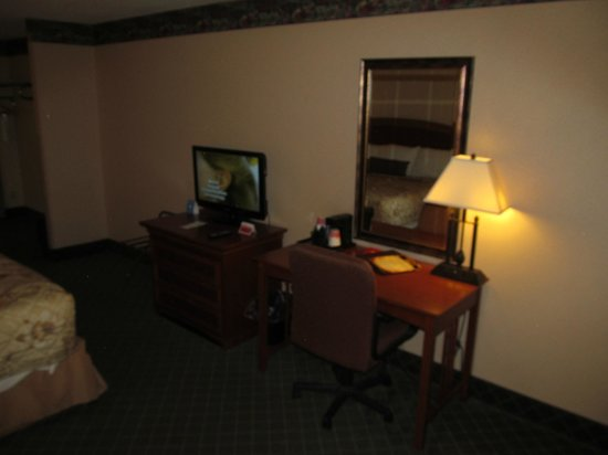Ramada Mitchell Hotel and Conference Center: Ramada Inn Mitchell: room with desk and TV