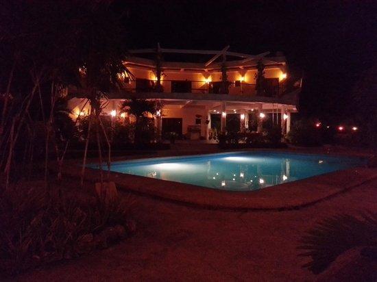 Granada Beach Resort : the main house at night